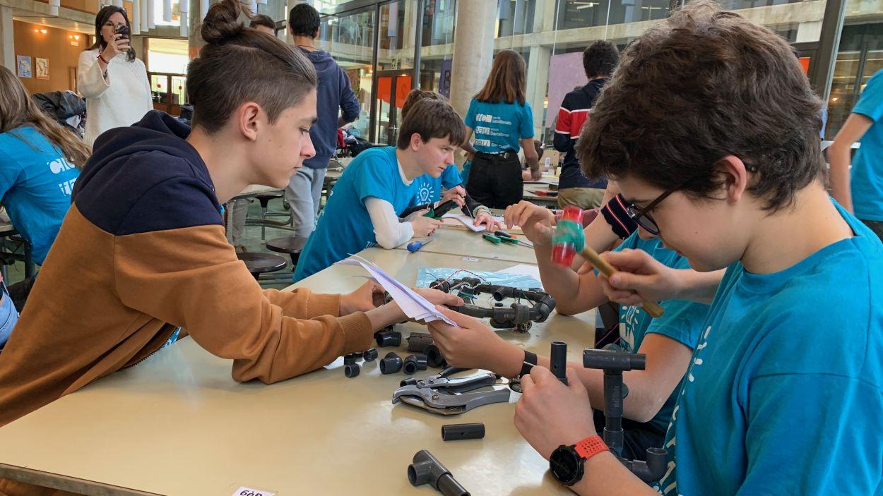 Els alumnes han construit els robots subaquàtics en equips cooperatius / Foto: Cugat Mèdia