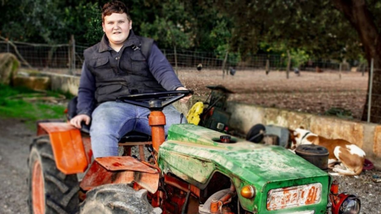 Miquel Montoro amb el seu tractor a casa seva / Font: Instagram @montoromiquel