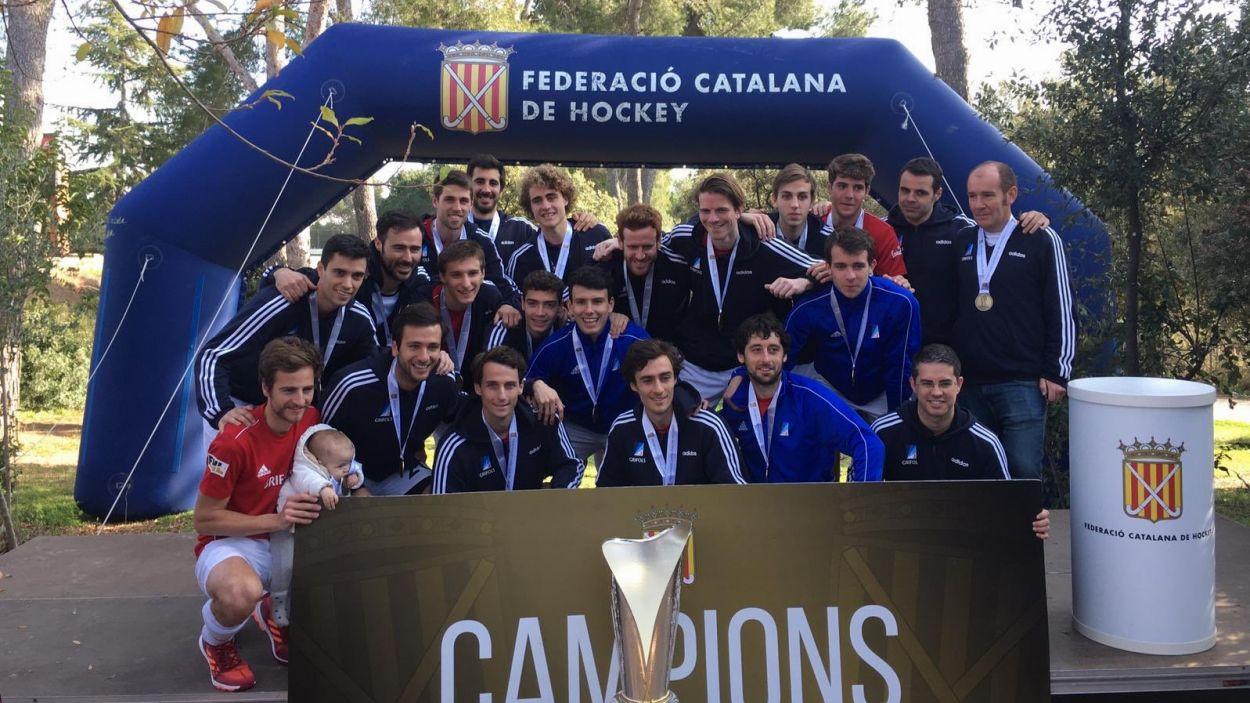 Els jugadors de Joan Vidal amb la copa / Foto: Junior