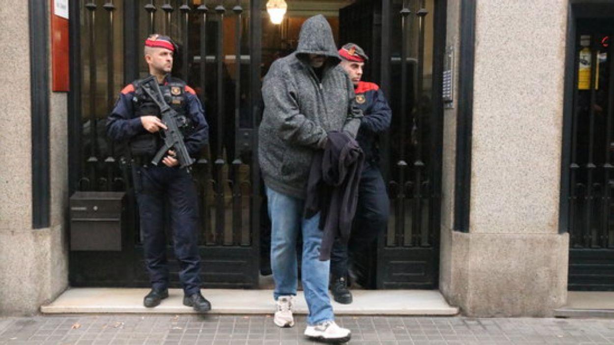 Un dels detinguts a Barcelona en un dispositiu contra el tràfic de drogues i el blanqueig de capitals / Foto: ACN