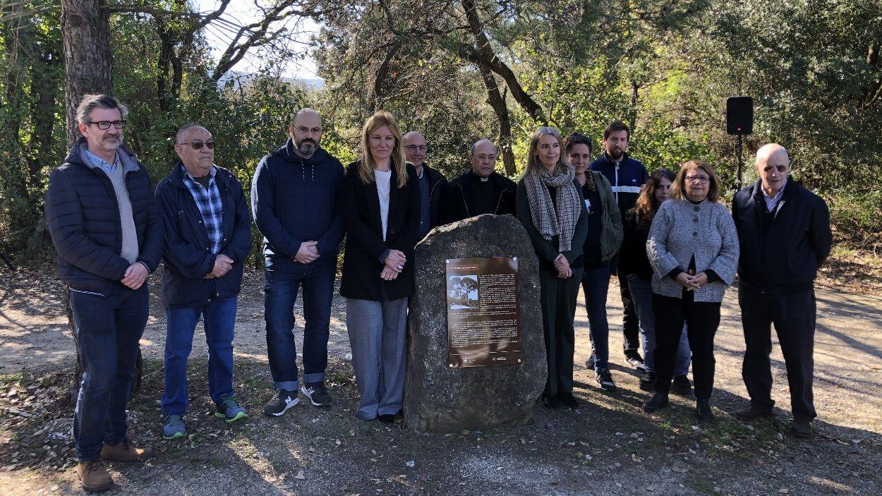 Fotografia de família amb la placa d'homenatge a les víctimes / Foto: Cugat Mèdia