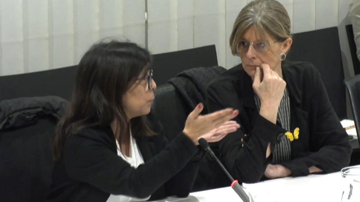 La regidora de Junts Cristina Paraira (esquerra) i la portaveu del grup municipal, Carmela Fortuny en una imatge d'arxiu al ple / Foto: Cugat Mèdia