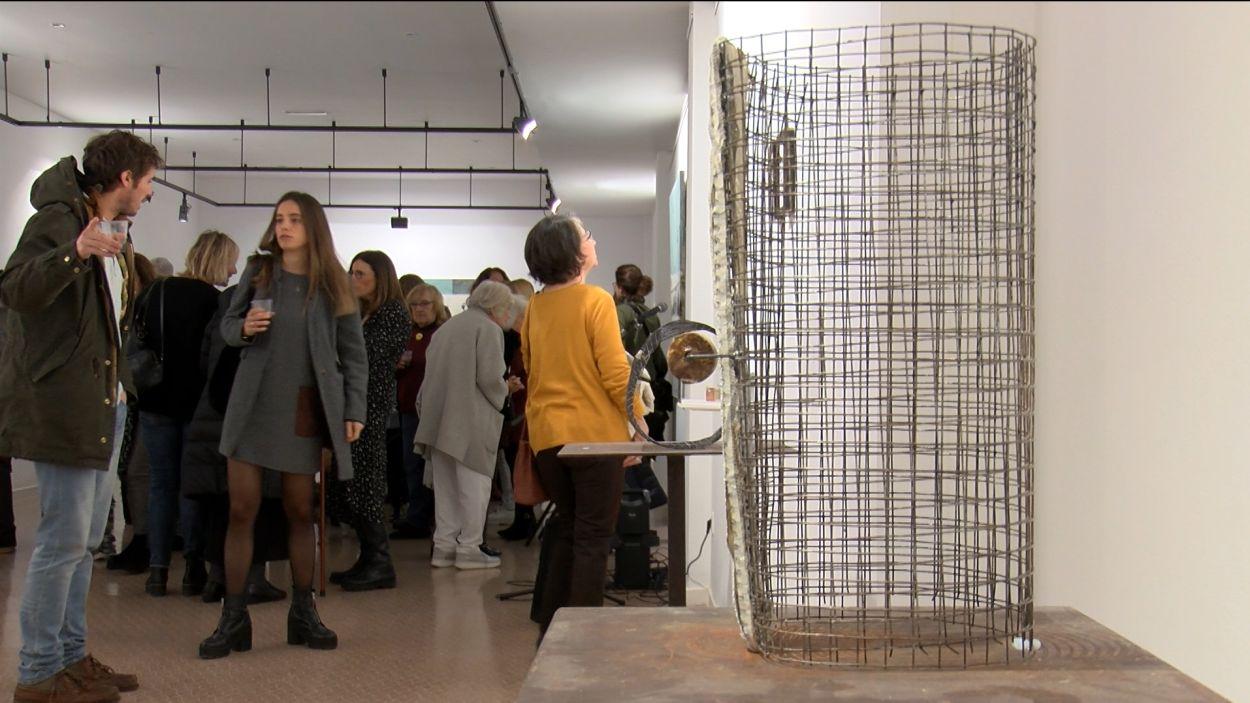 La inauguració de l'exposició ha reunit desenes de persones / Foto: Cugat Mèdia