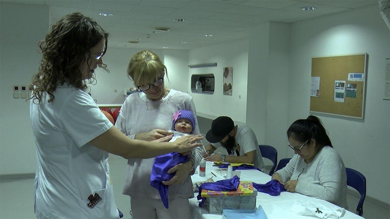 Imatge del taller de disfresses a la UCI de Nounats de l'Hospital General de Catalunya / Foto: Cugat Mèdia