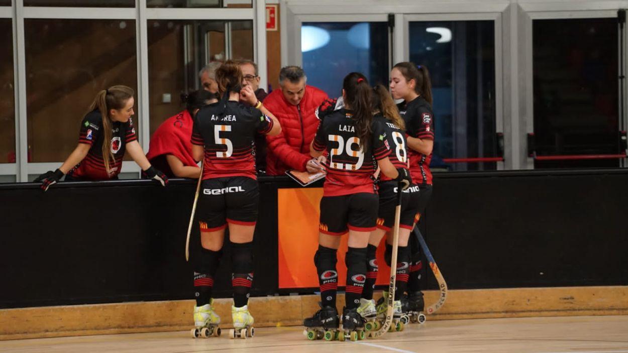 Les jugadores vermell-i-negres durant un partit / Foto: Guillem Babitsch