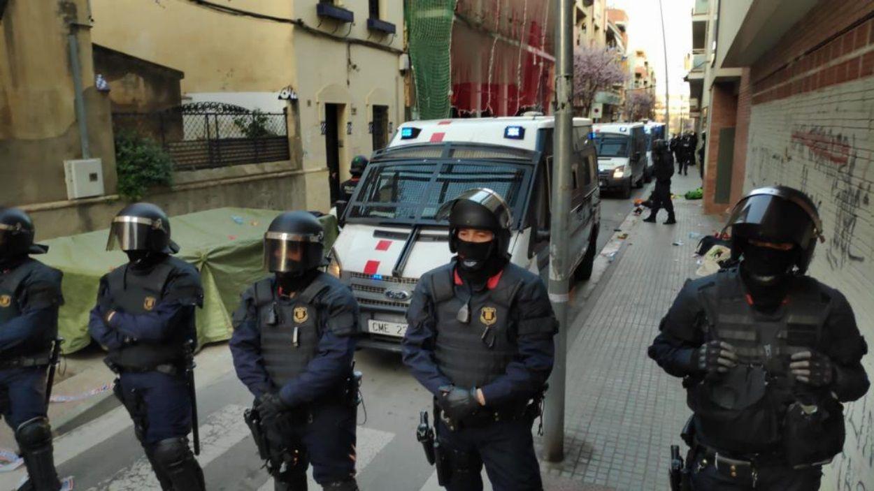 Imatge dels Mossos al desallotjament d'aquest diumenge al barri de Sant Francesc / Foto: Cugat Mèdia