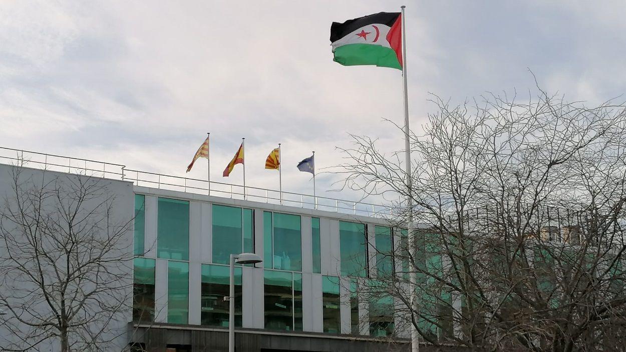 La bandera de la República Àrab Sahrauí Democràtica oneja aquest dijous davant de l'ajuntament de Sant Cugat / Foto: Cedida