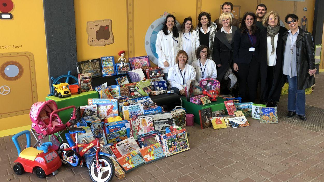 Una imatge d'arxiu de l'entrega de joguines de l'EMD a l'hospital Taulí de Sabadell / Foto: cedida