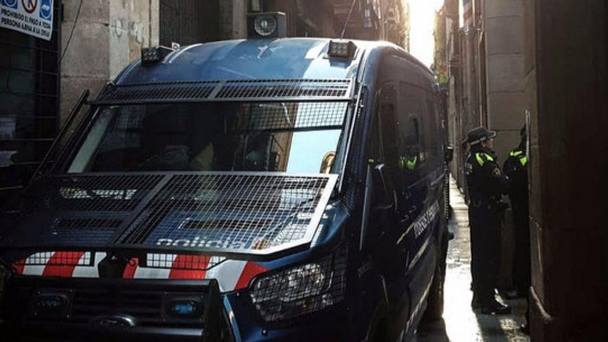 Detenen cinc membres d'un grup criminal especialitzat en robatoris que marcava les portes amb un fil de llana