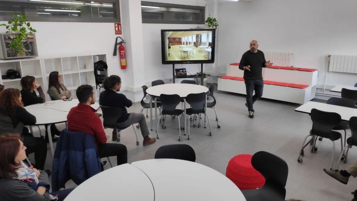 La inauguració ha reunit diferents membres de la comunitat educativa del centre / Foto: Cugat Mèdia