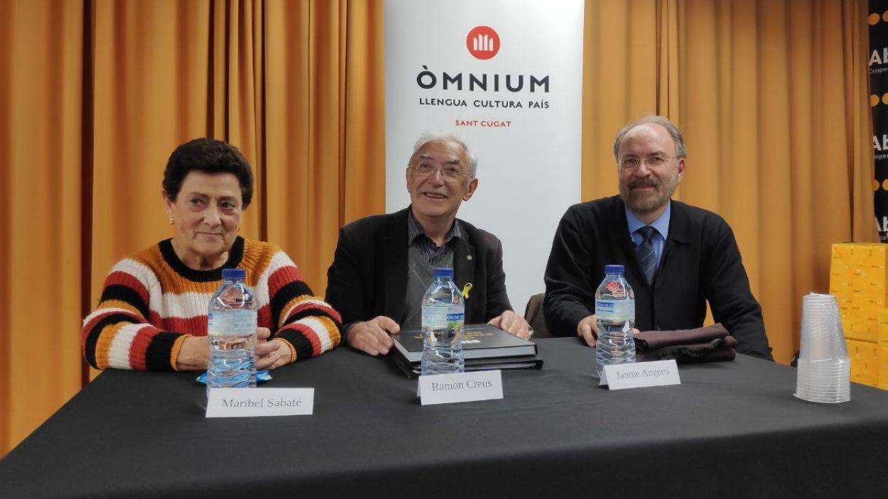 Maribel Sabaté, mare d'Anna Gabriel; el fotògraf Ramon Creus; i Jaume Angerri, president d'Òmnium Sant Cugat / Foto: Cugat Mèdia