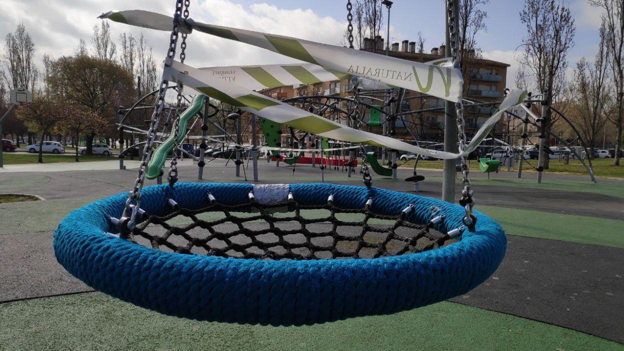 Els parcs infantils han quedat precintats / Foto: Cugat Mèdia