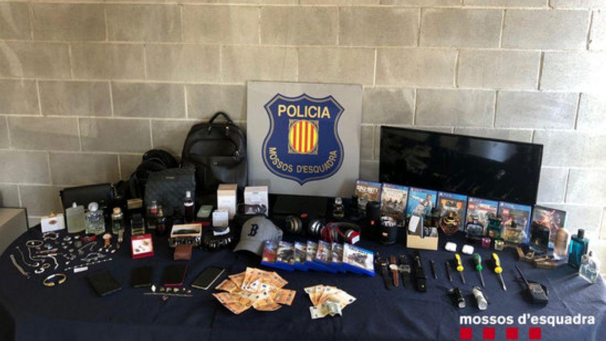 Imatge dels objectes i del material decomissat / Foto: Mossos d'Esquadra