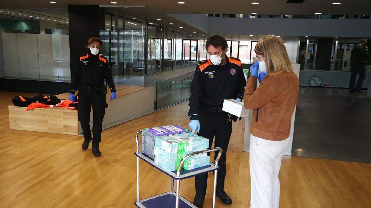 Empreses i particulars de Sant Cugat donen mascaretes i guants per repartir-los a qui més ho necessiti