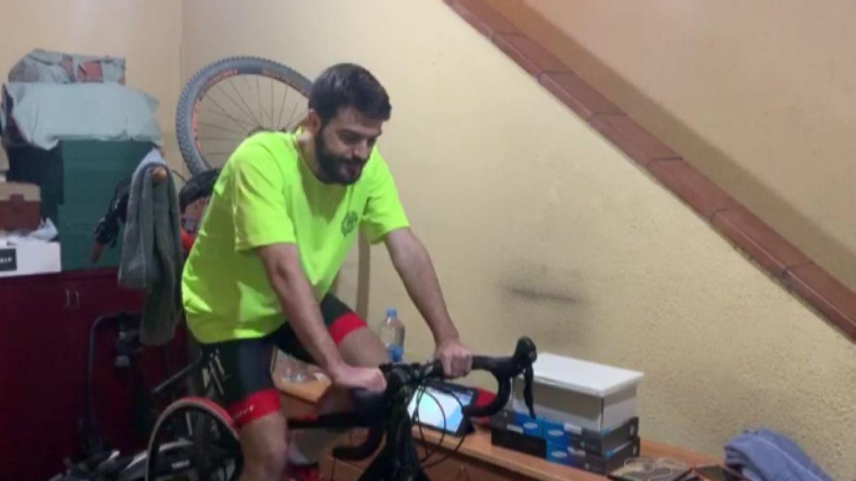 El jugador del Valldoreix Jorge Giner entrenant-se a casa / Font: Valldoreix FC
