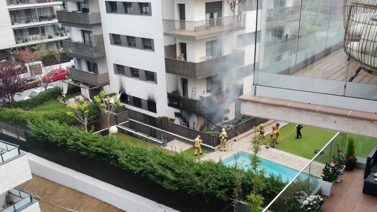 Imatge dels treballs dels Bombers a l'incendi / Foto: Cedida
