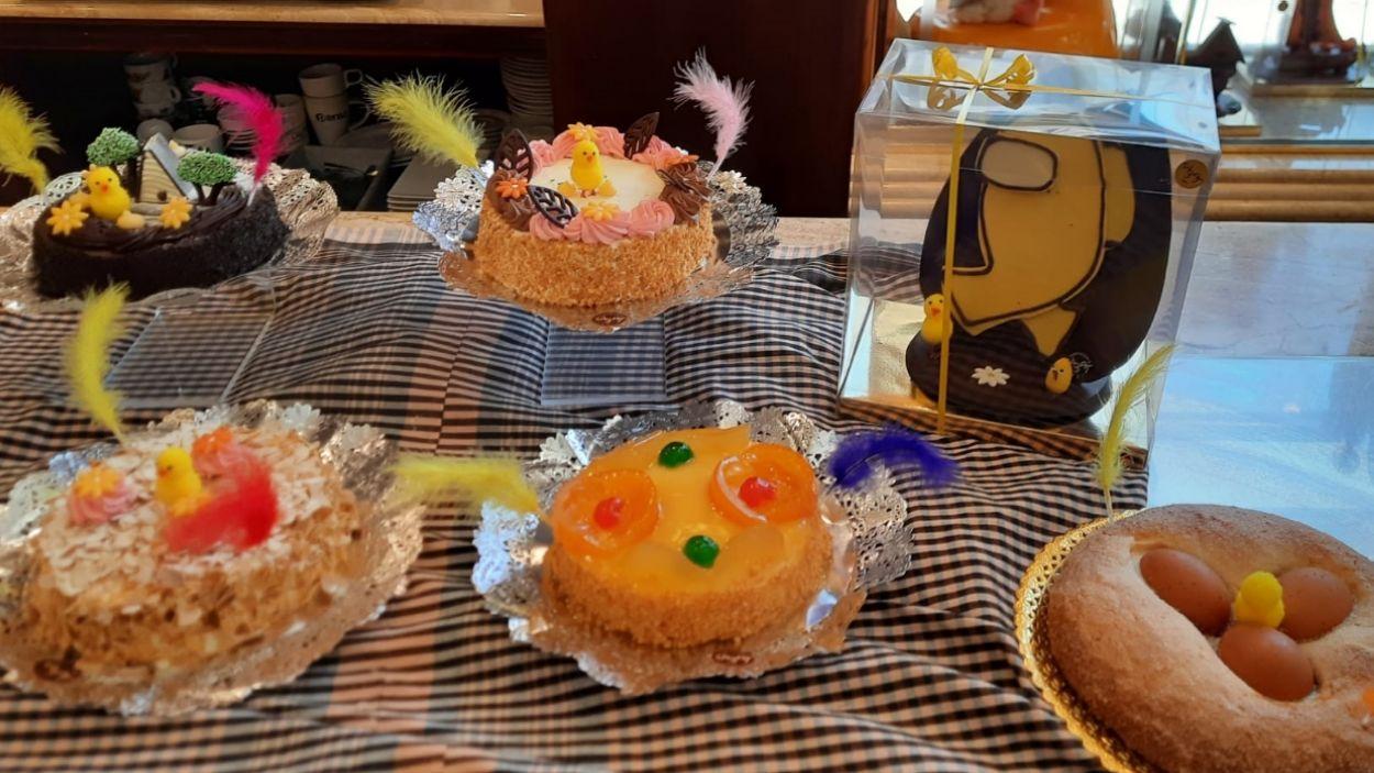 Algunes de les mones més tradicionals i elements nous de la pastisseria Sàbat / Foto: Cugat Mèdia