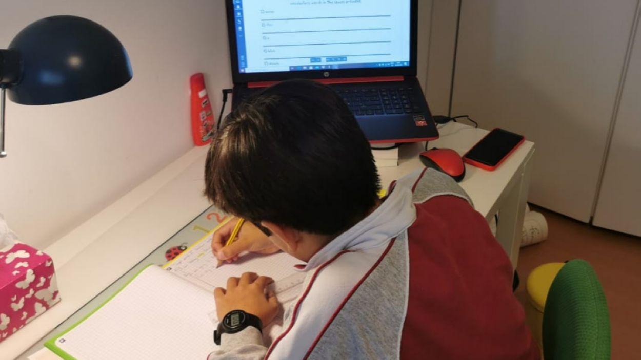 Un alumne treballant des de casa / Foto: Agora Sant Cugat