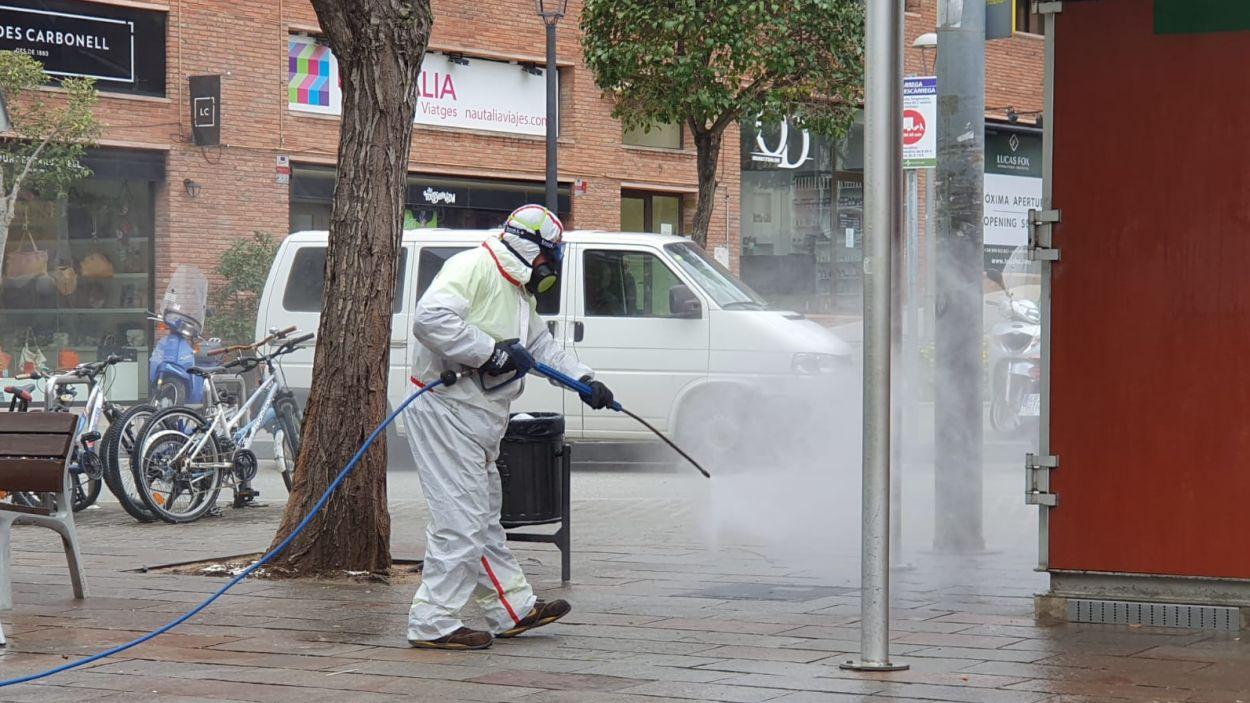 Els serveis de neteja del consistori desinfectant el carrer / Foto: Ajuntament