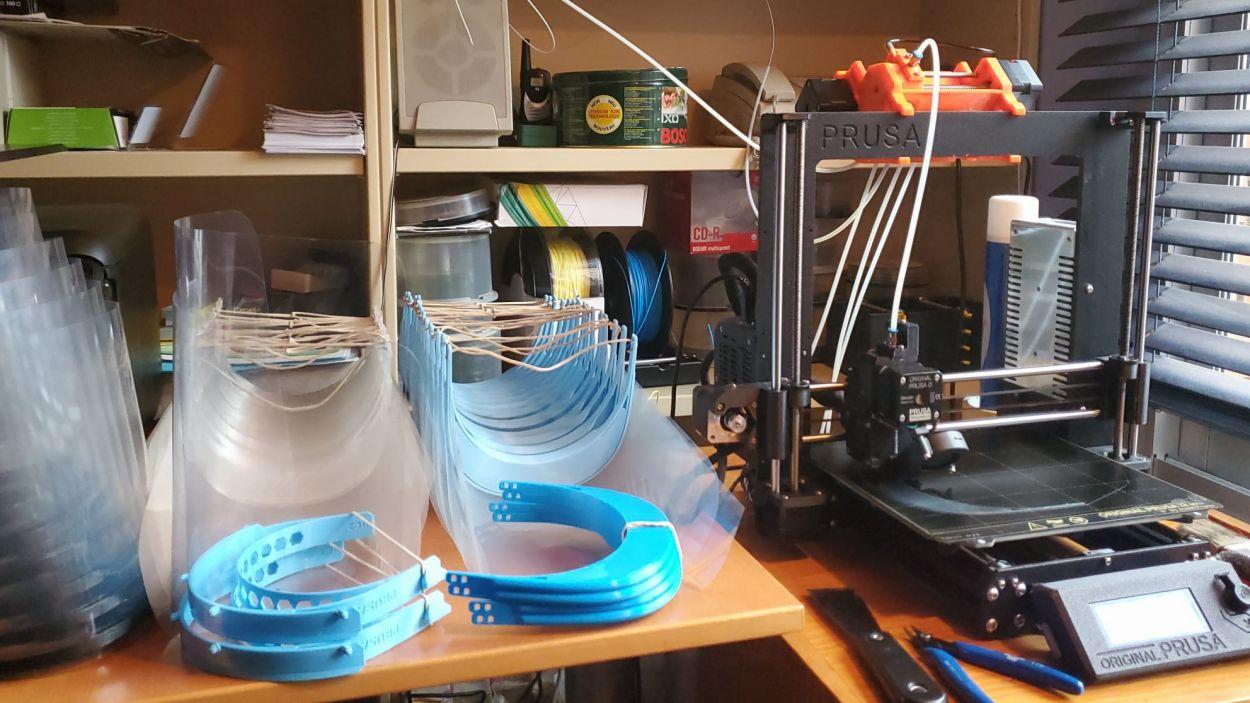 Un veí de Valldoreix fabrica pantalles protectores amb impressores 3D / Foto: EMD de Valldoreix