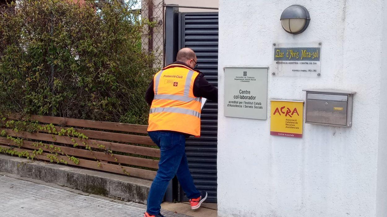 Protecció Civil s'ha encarregat de fer l'entrega de les mascaretes / Foto: Ajuntament