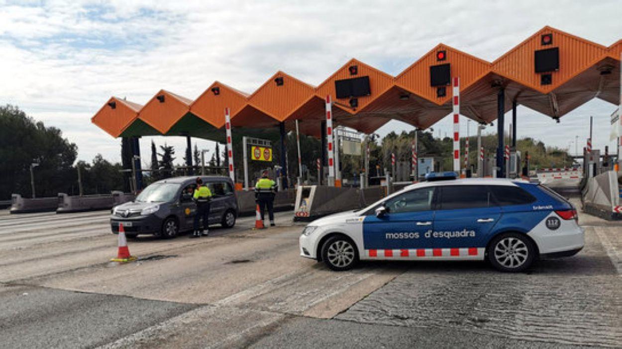 Un control policial al peatge de la Roca del Vallès / Foto: ACN