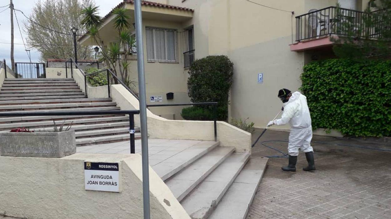 Un operari desinfecta l'exterior d'una residència / Foto: Ajuntament de Sant Cugat