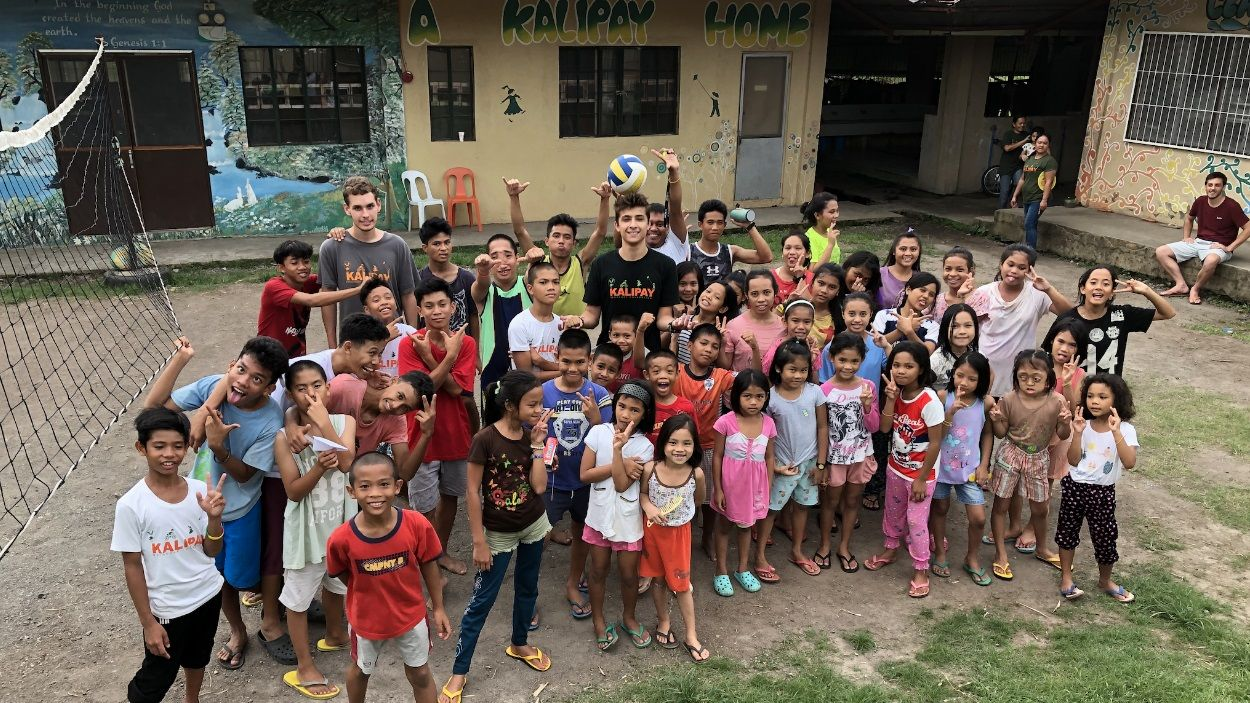 Alex García, al centre, amb nens i nenes que acull la fundació a les Filipines / Foto: Cedida