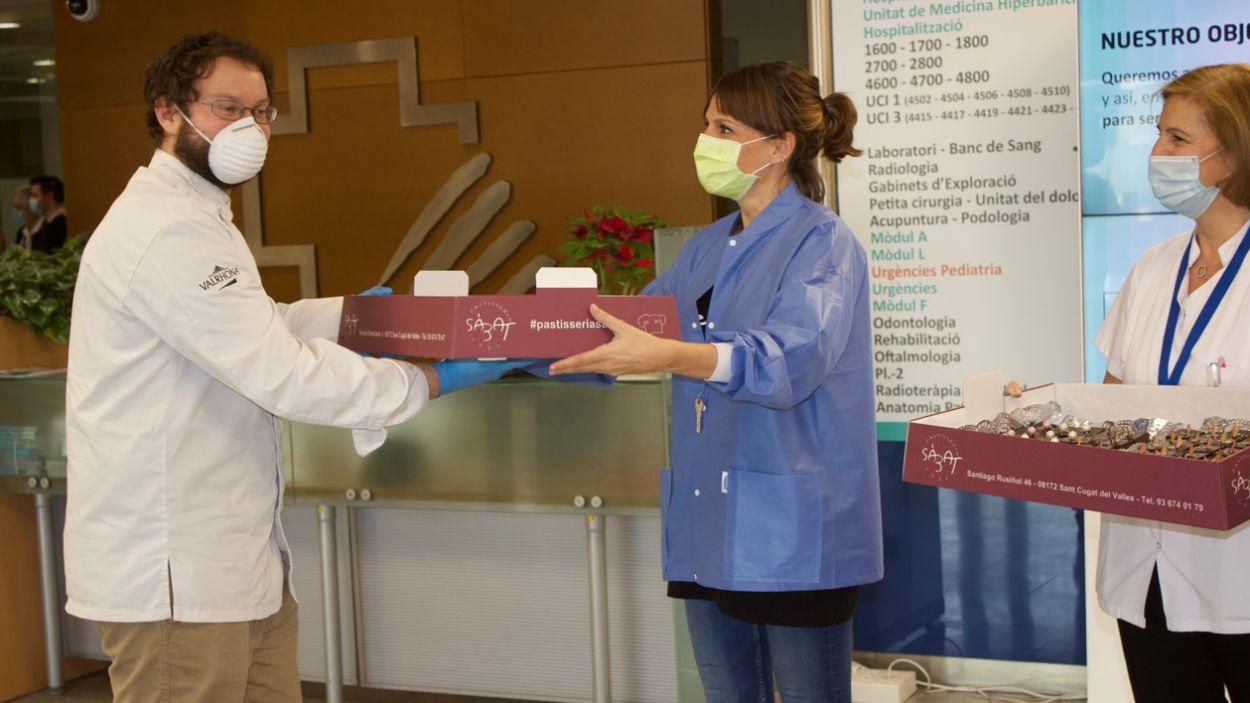 Moment de l'entrega dels dolços / Foto: HUGC