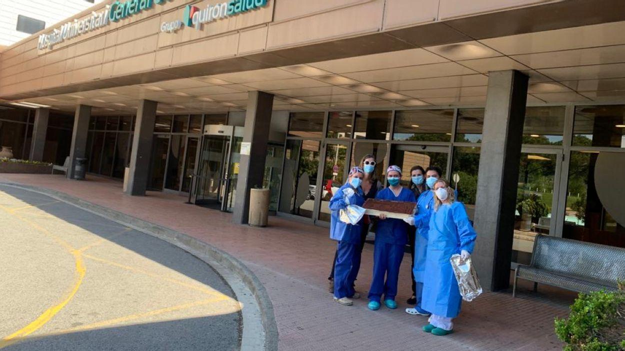 Sanitaris de l'hospital amb el tiramisú / Foto: Cedida