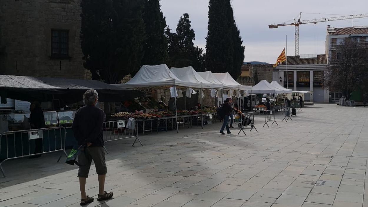 Les parades de menjar del mercat dels dijous s'han traslladat a la plaça d'Octavià