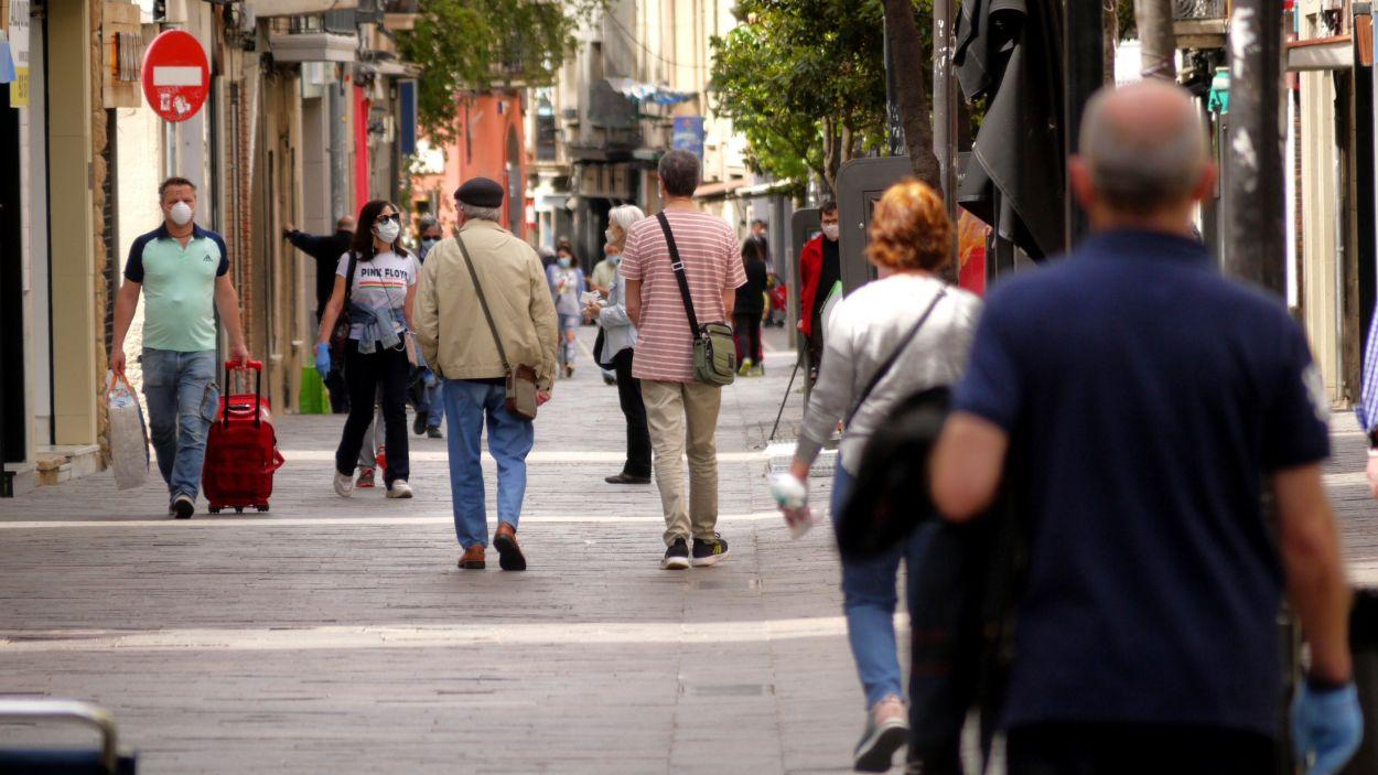 Desenes de persones al carrer de Santiago Rusinyol / Foto: Cugat Mèdia
