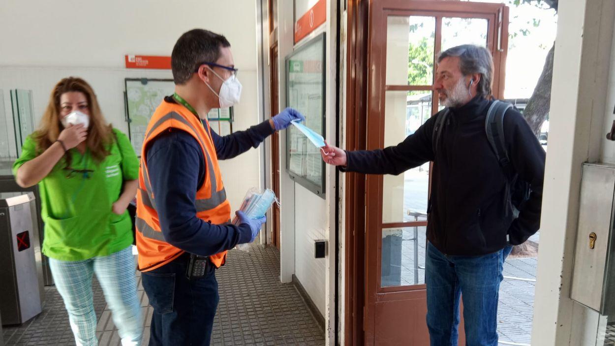 L'Ajuntament reparteix mascaretes a les estacions de tren / Foto: Ajuntament