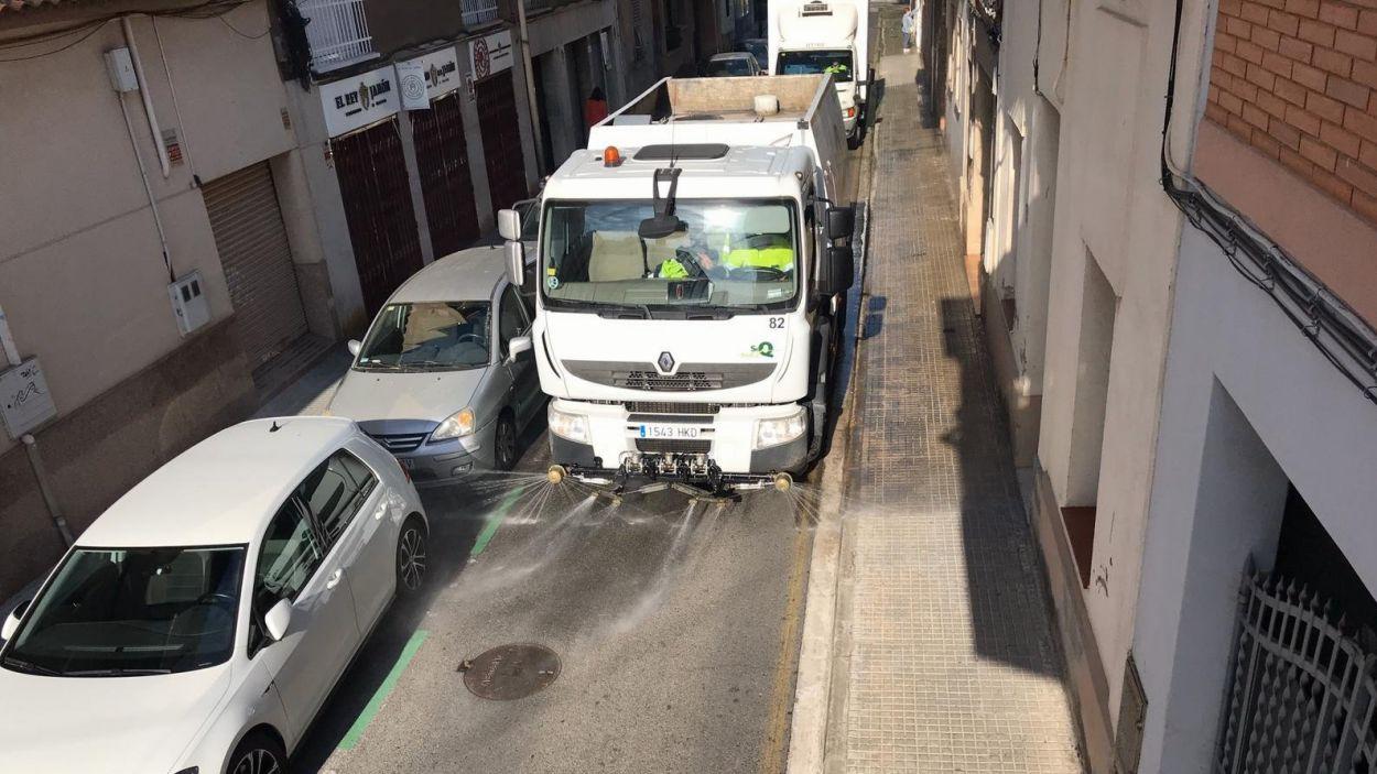 Els serveis municipals netegen els carrers de Sant Cugat / Foto: Ajuntament