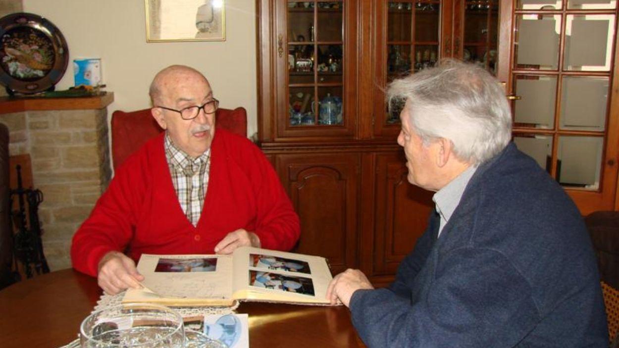 Josep Maria Casas signa el llibre d'honor acompanyat de l'actual president, Josep Maria Félez / Foto: Penya Blaugrana Sant Cugat