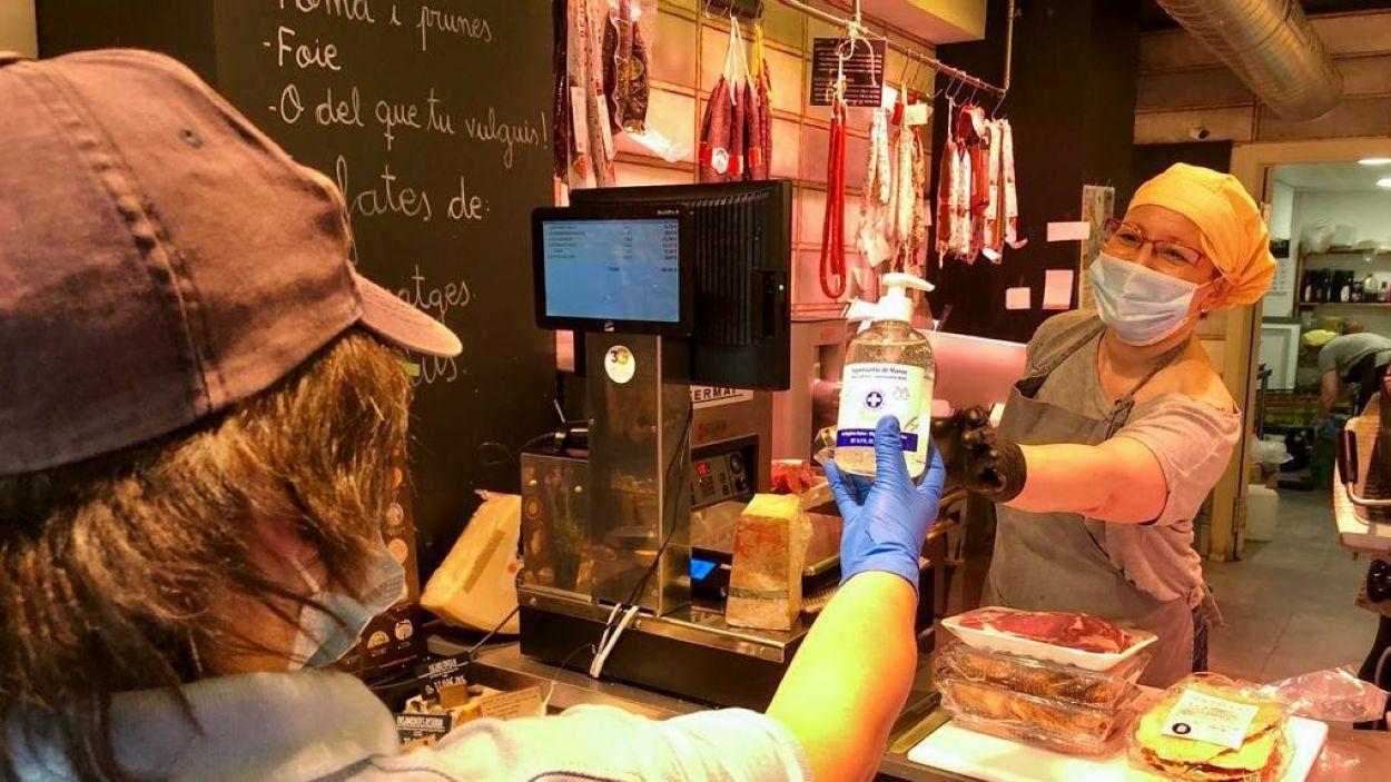 El teixit comercial rep gel desinfectant / Foto: Ajuntament