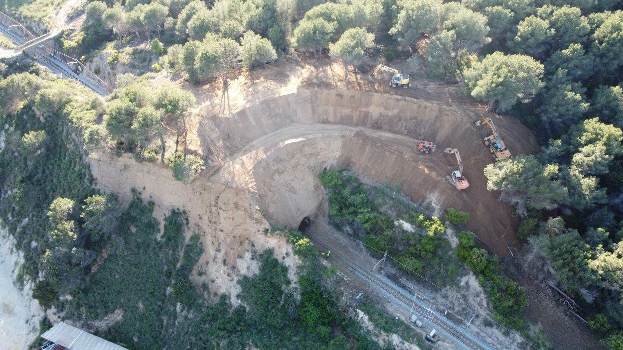 Imatge aèria d'unes obres a una de les línies de Ferrocarrils / Foto: FGC