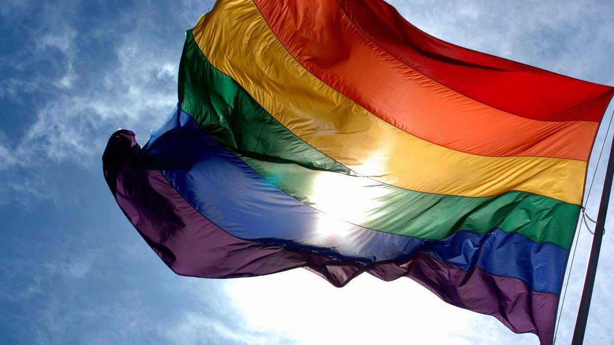 La bandera LGTBI penjarà a la façana de l'Ajuntament / Foto: CC Ludovic Bertron