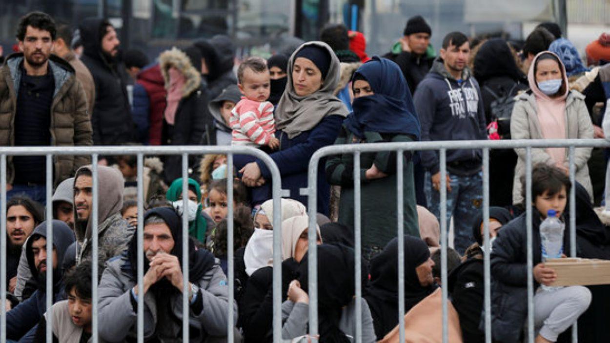 Refugiats i migrants al port de Mytilene, a l'illa de Lesbos, Grècia, el 4 de març del 2020 / Foto: ACN