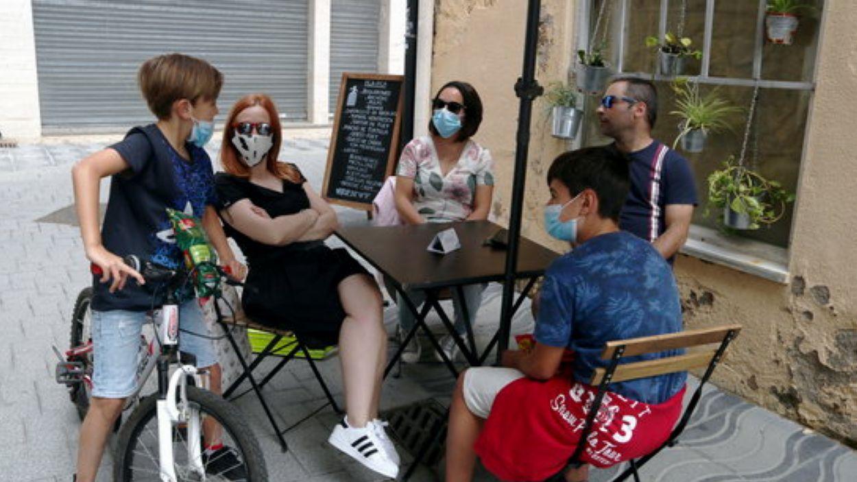 Imatge d'una família amb mascaretes / Foto: ACN