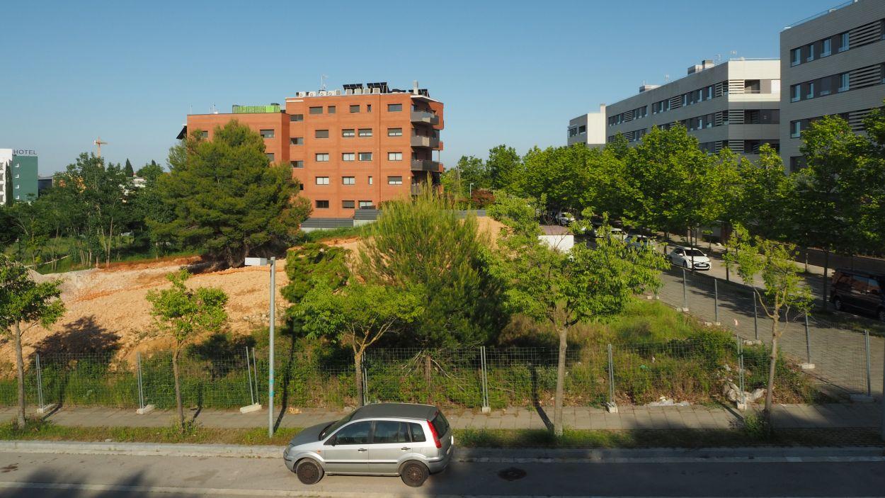 El solar on s'ubicaran els pisos es troba darrere del CAP Can Mates / Foto: Cugat Mèdia