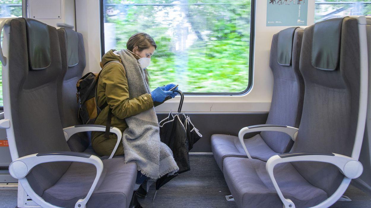 Una noia a un tren dels Ferrocarrils de la Generalitat de Catalunya en una imatge d'arxiu / Font: FGC