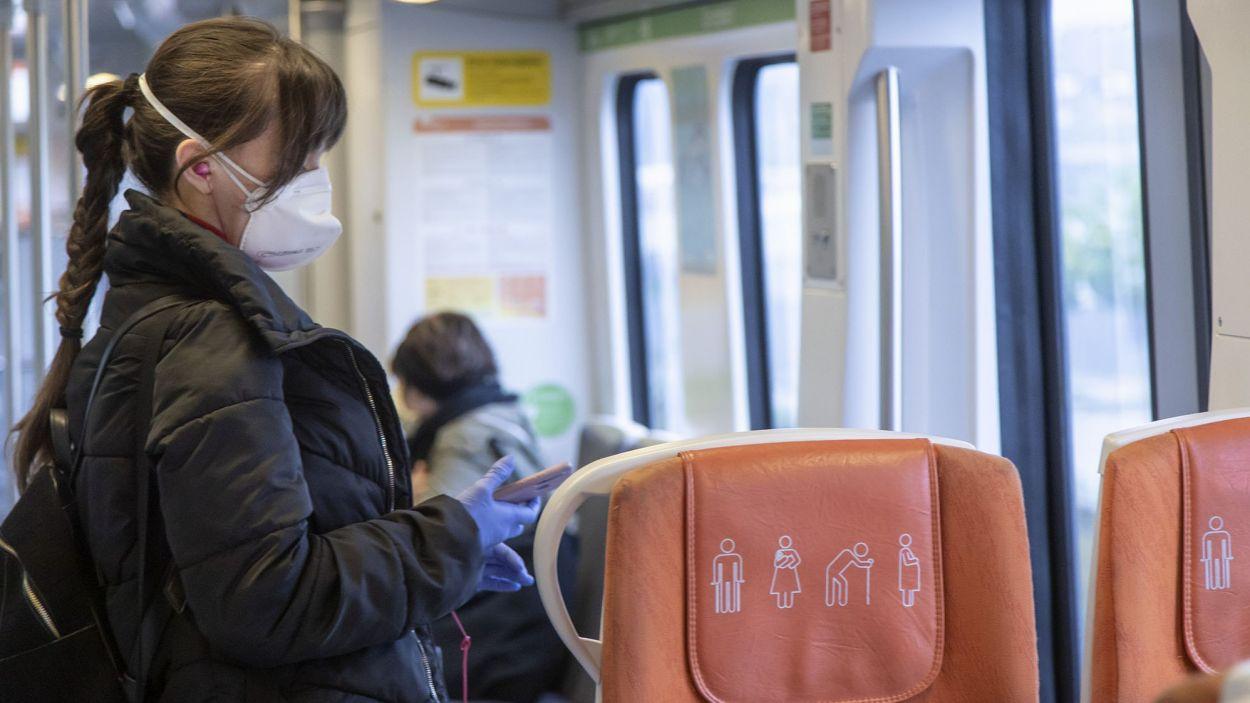 La mascareta encara és obligatòria al transport públic / Foto: FGC