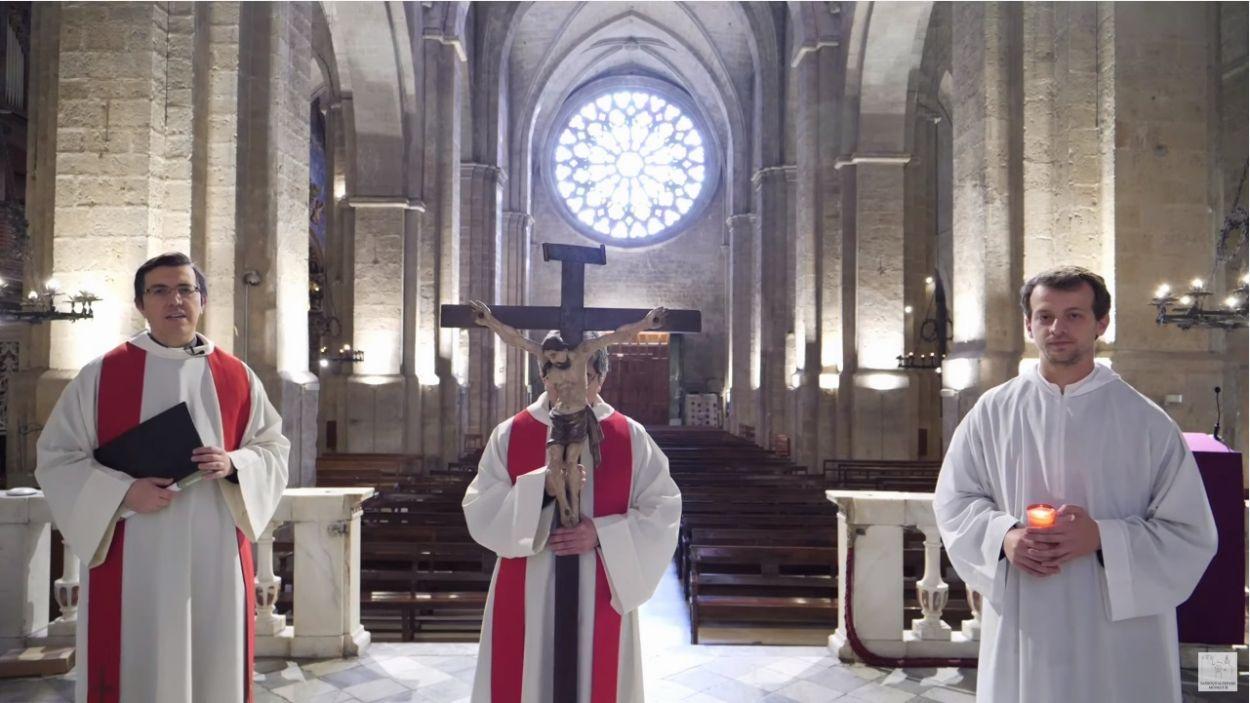 Una imatge del Via Crucis de Setmana Santa, amb l'Església del Monestir buida / Foto: Parròquia de Sant Pere d'Octavià