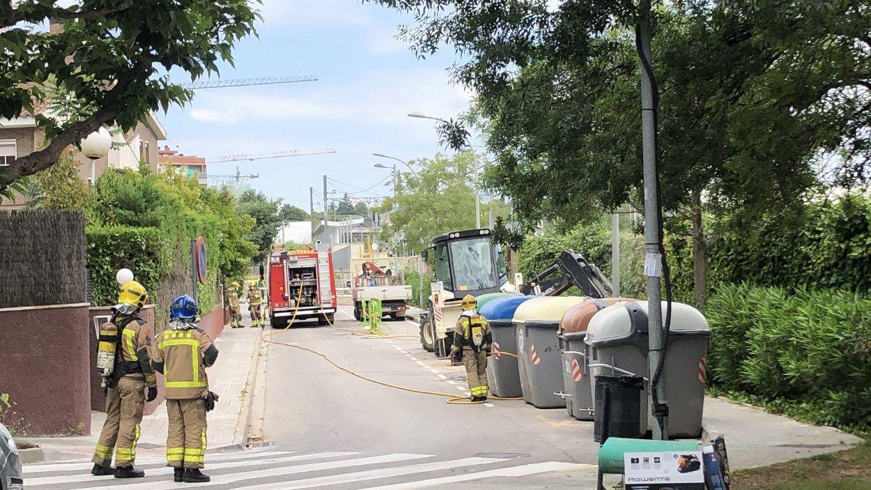 Els Bombers treballant al lloc de l'incident / Foto: Cugat Mèdia