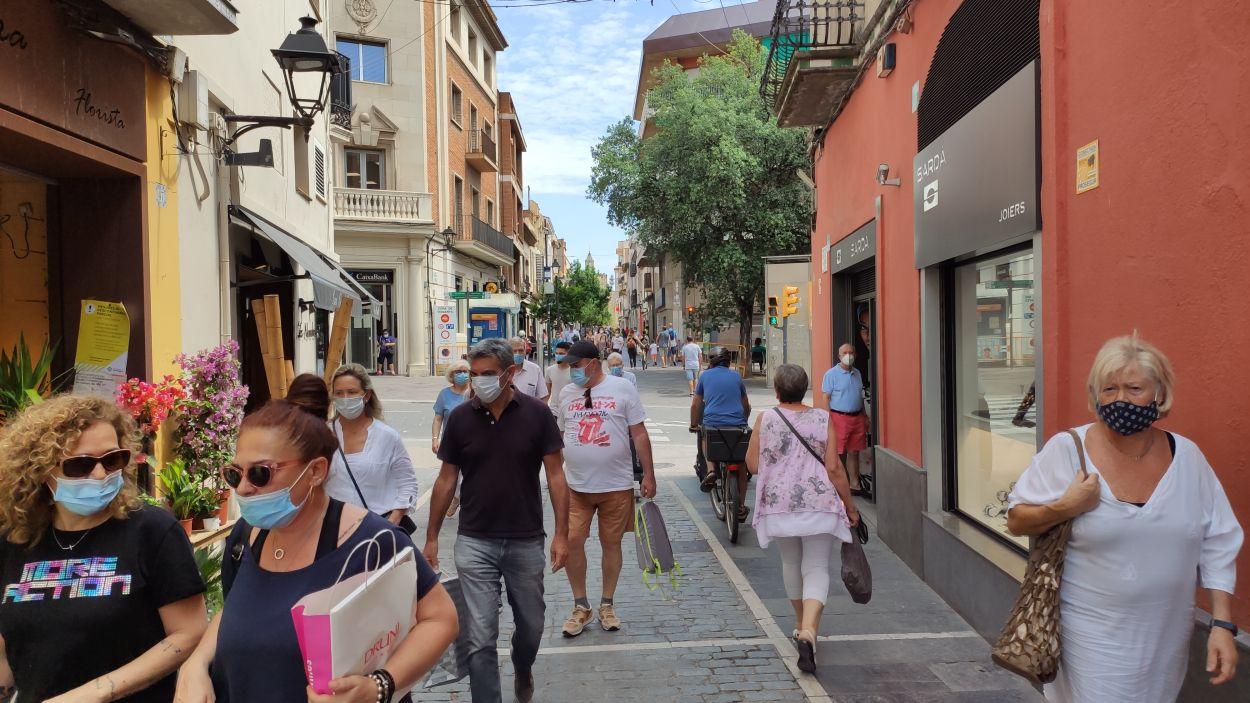 Ciutadants de Sant Cugat lluint mascareta pel carrer Santa Maria / Font: Cugat Mèdia