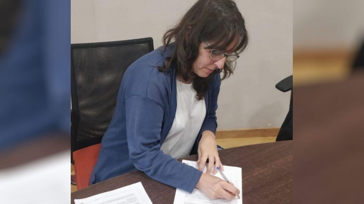 Laura Fernández Ruano, presidenta de l'AFA, signant el conveni amb l'EMD / Foto: EMD de Valldoreix