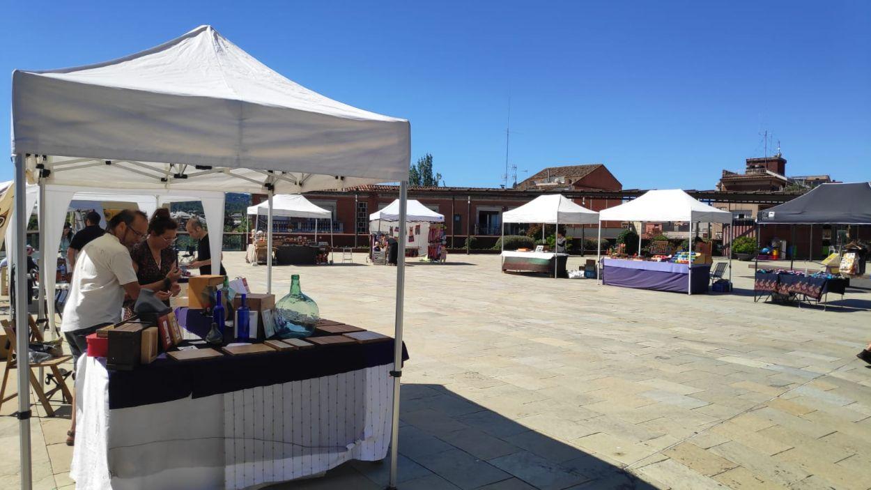 La fira d'artesans, a la plaça de l'U d'Octubre, el juny passat / Foto: Cugat Mèdia
