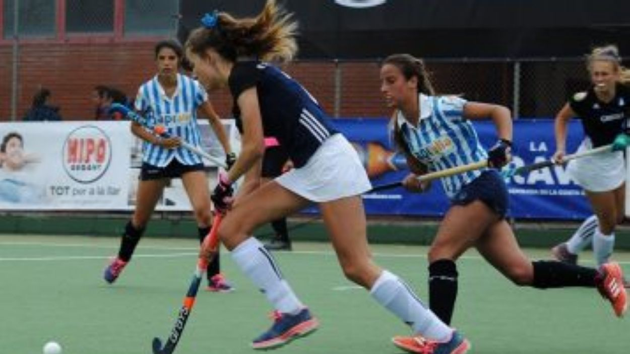 Mariona Serrahïma condueix una pilota en un partit de lliga contra l'Egara / Foto: RFEH