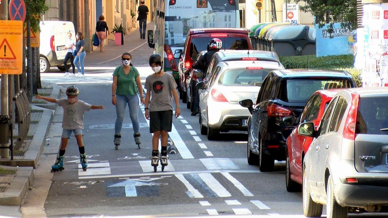 Una família en patins baixa pel carrer Francesc Moragas, una de les vies afectades per l'Anella Verda / Foto: Cugat Mèdia